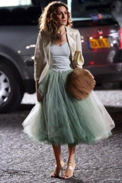 A eterna Carrie de  Sex and the City com sua ballerina skirt verde algodão doce e blazer bege