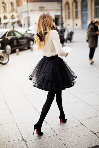 Saia de tule preta, com camisa branco, meia calça e pump pretos