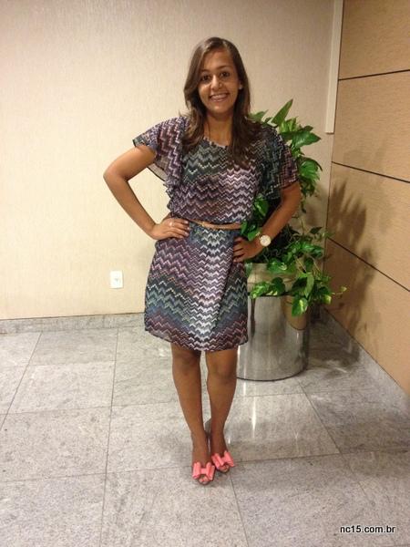 Gabi fez uma combinação harmoniosa com a estampa do vestido e as cores do sapato bicolor