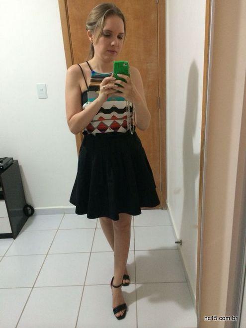 Vestido Lore, usado como blusa, mais saia preta de tafetá para compor o look.