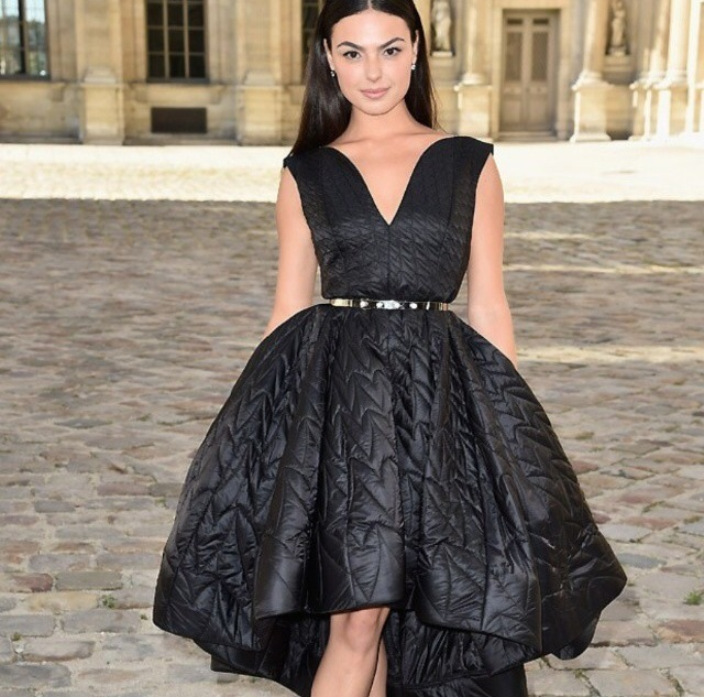 Isis Valverde veste vestido Dior preto estruturado da grife DIOR