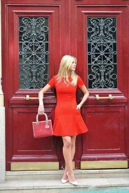 A blogueira Lala Rudge usa vestido vermelho e sapato nude na Semana de Moda de Paris