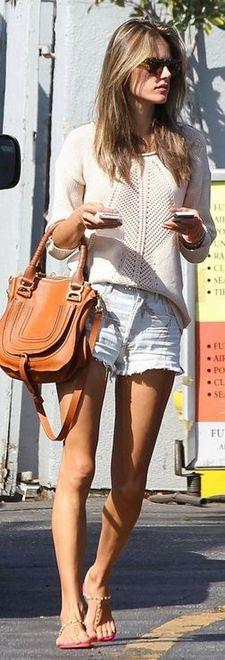 shorts com blusa de linha e bolsa média caramelo