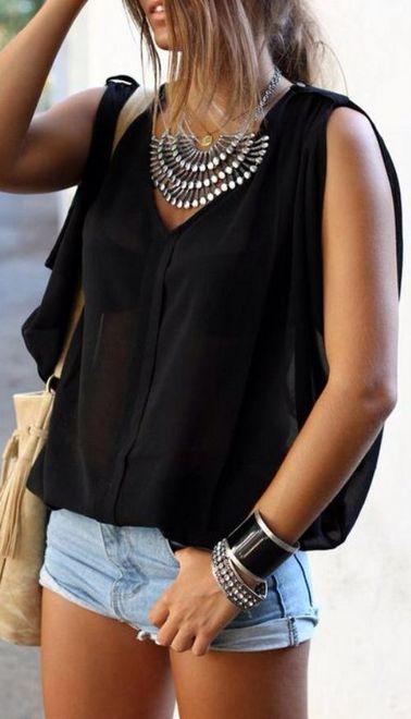 shorts com camiseta preta e maxi colar