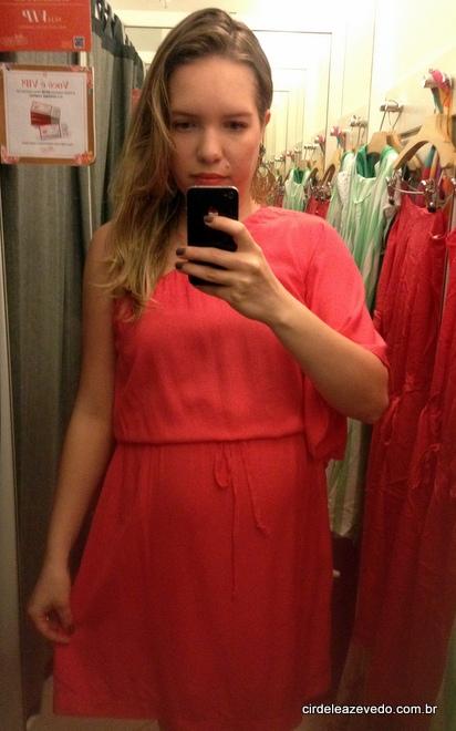 Vestido rosa curto de um ombro