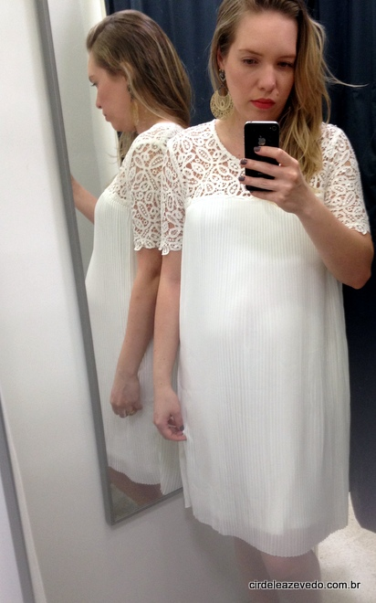 Vestido plissado branco com aplicação tipo renda no decote