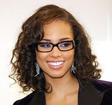Alicia Keys usando maquiagem lilás e óculos nos olhos