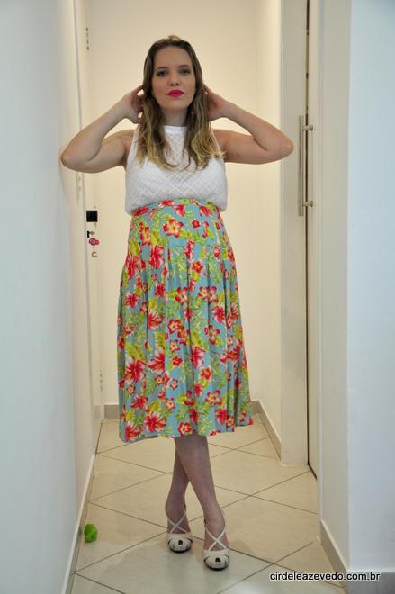 aia floral midi e blusa branca, ambas compradas na Forever 21, conforme mostrei aqui para vocês. Nos pés, salto nude Schutz