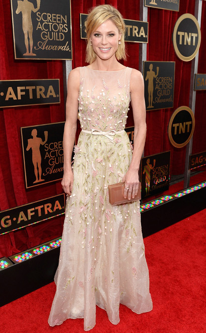 Julie Bowen usa vestido longo nude bordado com pedras e cinto fino