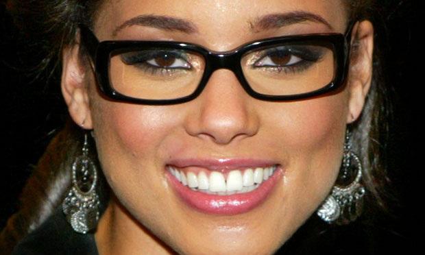 Alicia Keys também aposta no cantinho iluminado por sombra dourada, destacando também seu lindo tom de pele