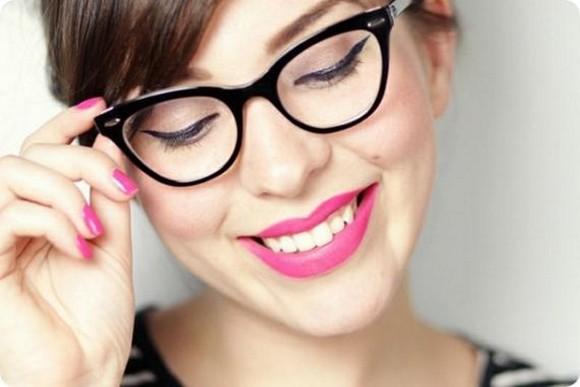 Delineado gatinho e óculos também combinam, acompanhado de boca rosa