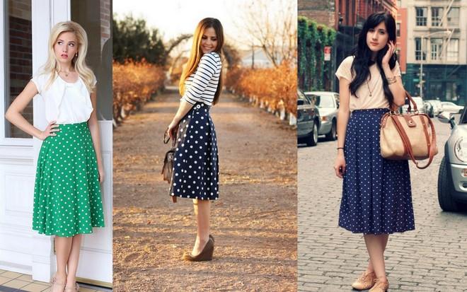 Saias de poá. A primeira saia verde na altura do joelhos com bolinhas brancas; a segunda, também na altura do joelho é preta com bolinhas brancas; e a terceira é uma midi azul com bolinhas pretas.