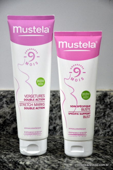 Creme anti estrias e cuidado específico para o busto da marca Mustela