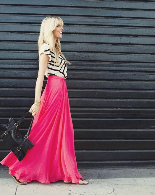 saia rosa longa com blusa branca e detalhes em preto