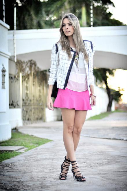 minissaia rosa com blusa branca e jaqueta p&B