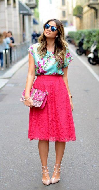 saia de corte linha A na cor rosa e blusa verde com estampa de flores
