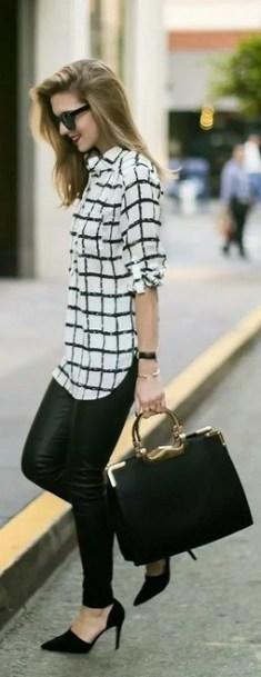 blusa branca com listrado preto e calça preta
