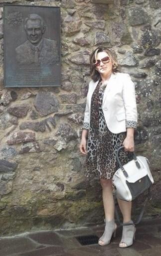 Veronika veste vestido de animal print com blazer branco, sandália cinza claro e bolsa p&b