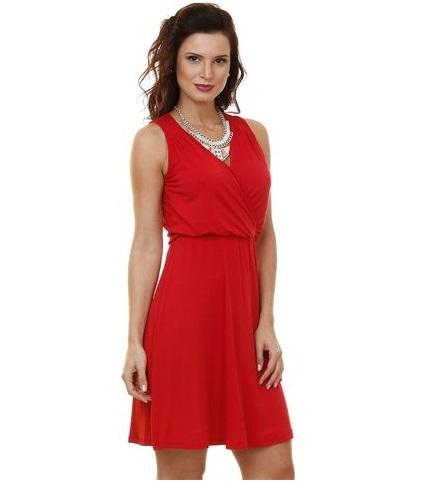 vestido vermelho sem mangas e decote em v