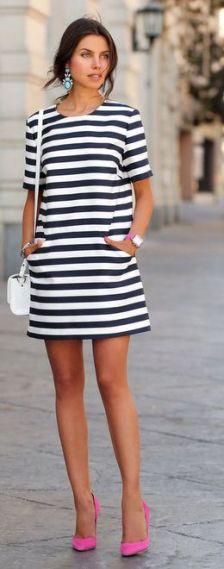 vestido listrado usado com bolsa branca e sapato rosa