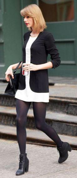 vestido branco com blazer preto, meia calça preta e bota de cano curto preta