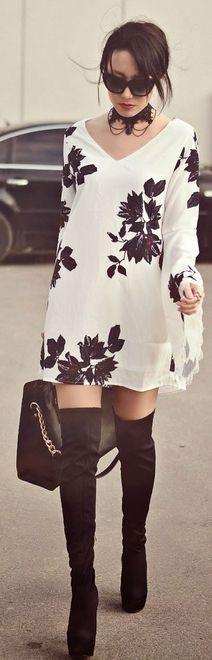vestido branco de mangas longas e estampa preta de folhas, usado com botas over the knee preta