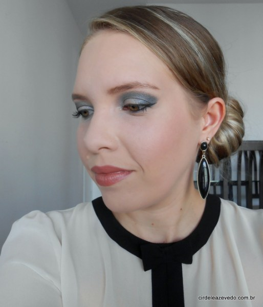 Maquiagem com olho preto com prata e batom nude