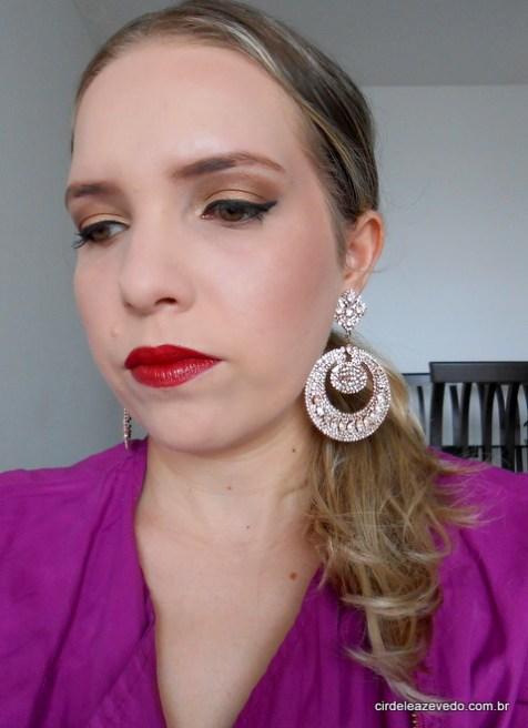 eu usando maquiagem esfumada de marrom com dourado e bronze nos olhos, delineado gatinho e batom vermelho escuro