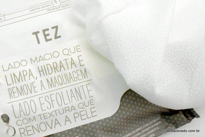 Lenço de limpeza dupla face com lado esfoliante que tem bolinhas que promovem a renovação da pele.