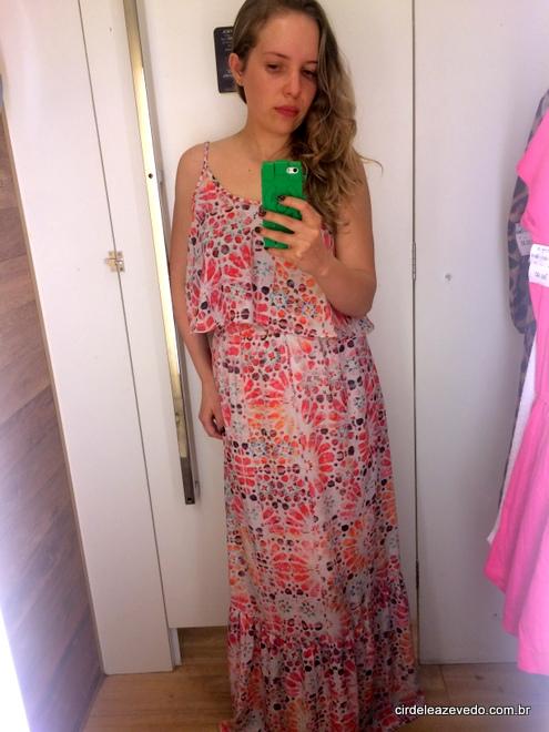Vestido longo com estampa floral de rosa, vermelho e lilás
