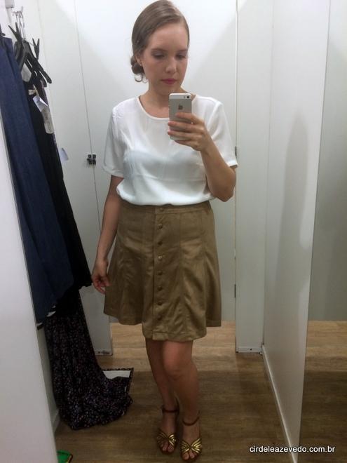 Blusa off-white com saia evase em suede caramelo