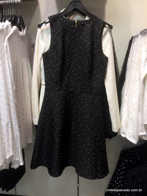 Vestido preto de poá branco