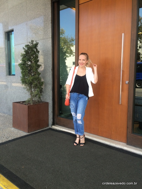 Eu usando jeans destroyed tipo boyfriend, blusa preta e blazer off-white