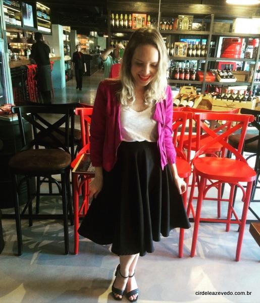 Eu usando jaqueta pink, regata branca, saia e sandália pretas