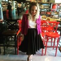 Jaqueta pink para um meu look com saia midi preta