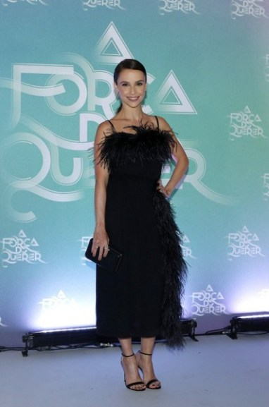 Débora Falabella veste midi preto de alcinhas com aplicação de penas