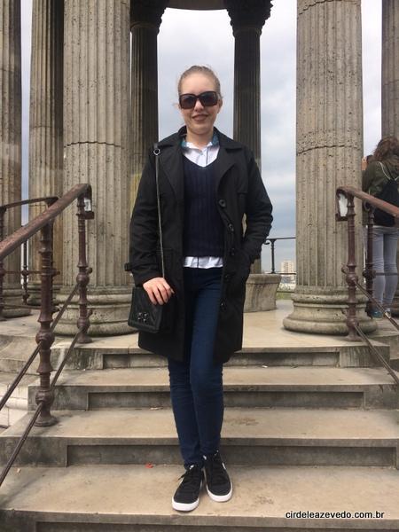 Eu usando camisa branca, calça azul marinho combinando com o tricô, mais casaco preto e tênis novamente