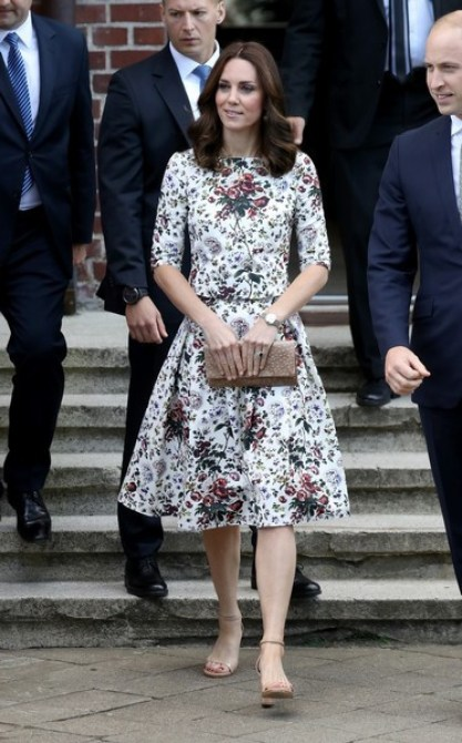 Kate veste conjunto estampado com saia em A e sandália nude