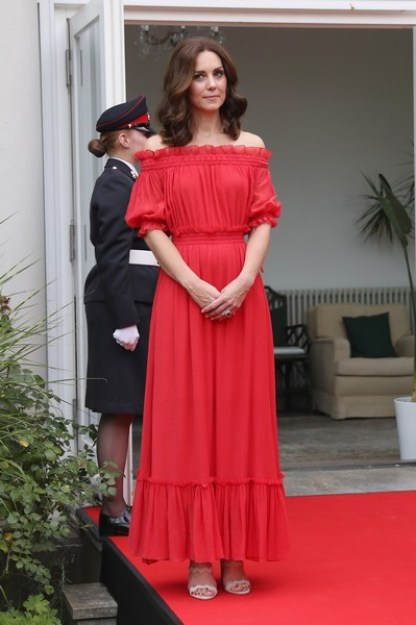 Kate veste vestido longo vermelho com decote ombro a ombro