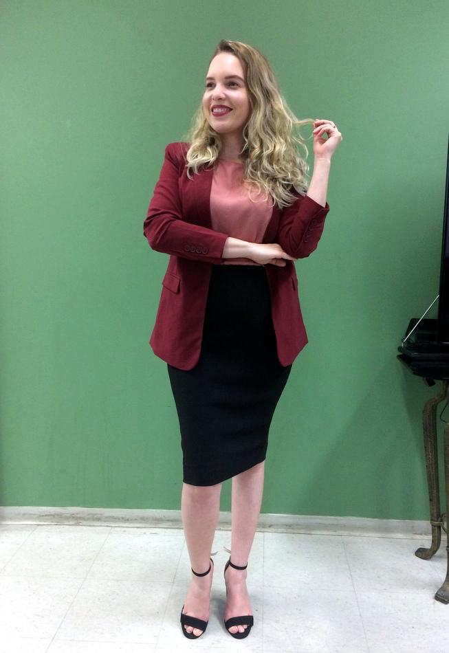 Eu usando saia lápis preta, blusa rosa e blazer vinho