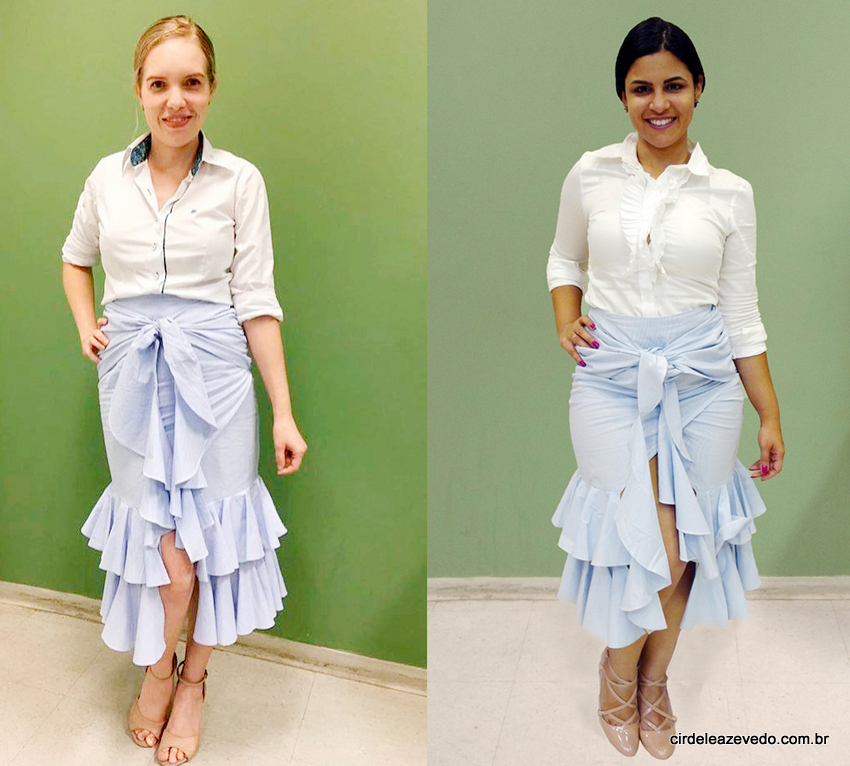 Natália e eu vestimos: saia de babados azul claro e branco com camisa social branca