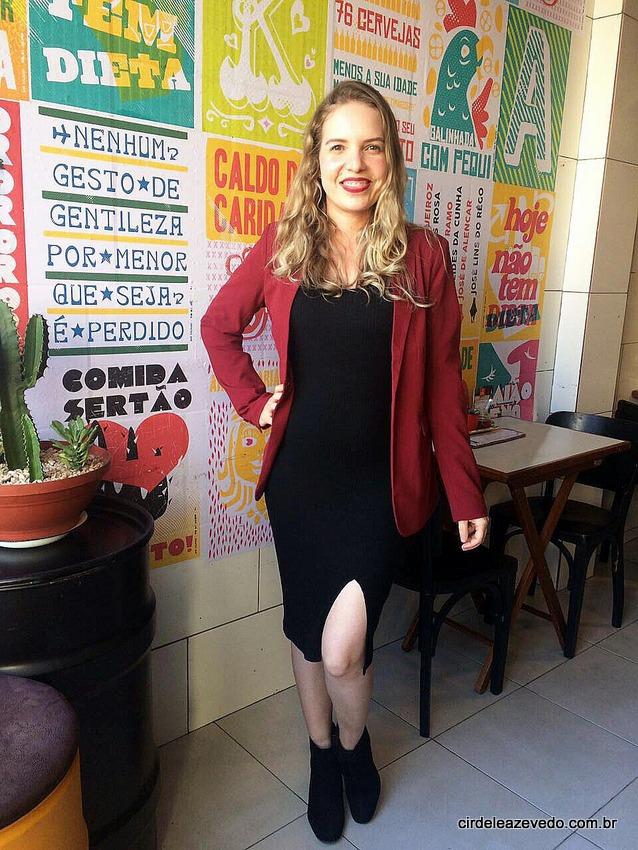 Eu usando vestido preto com fenda e blazer vinho