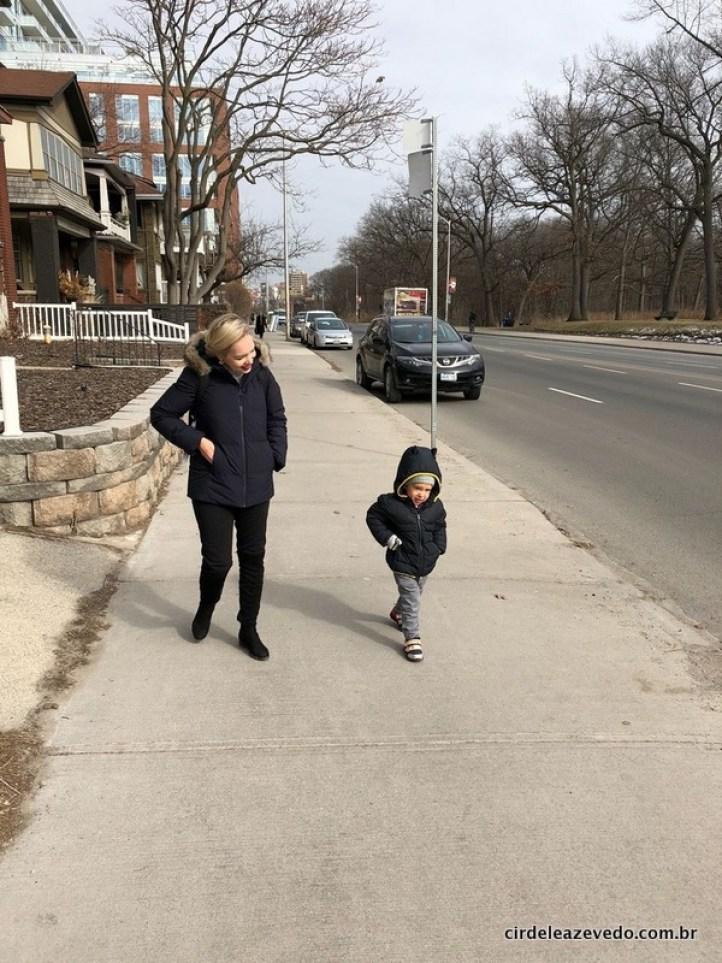 Felipinho e eu andando pelas ruas de Toronto, usando casacos pesados de frio