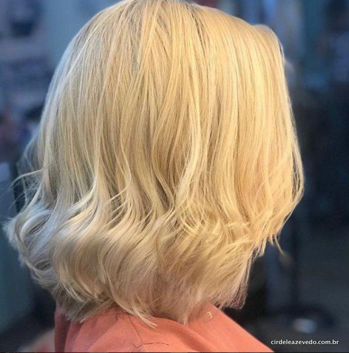 Depois de todo processo, meu cabelo de volta ao loiro, em foto de perfil, mostrando só cabelo