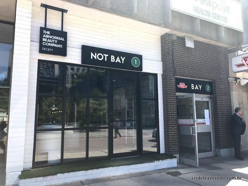 Faxada da loja, ao lado da Bay Station