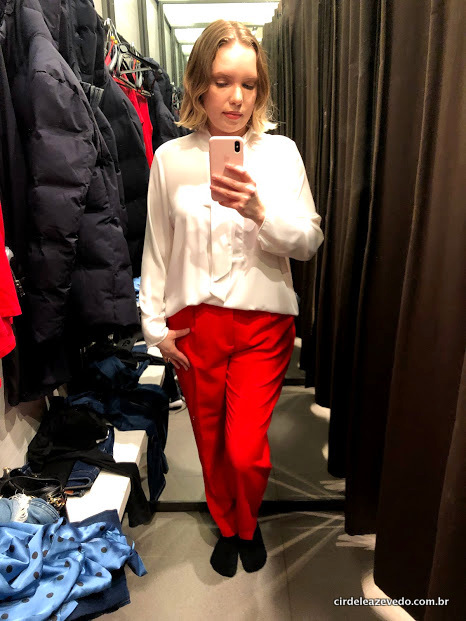 Eu usando camisa branca com laço na gola, mais calça de alfaiataria vermelha