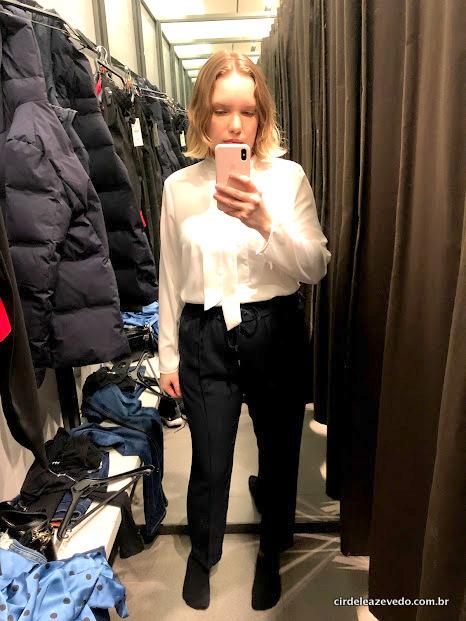 Eu usando camisa branca com laço na gola, mais calça com amarração na cintura na cor azul escuro
