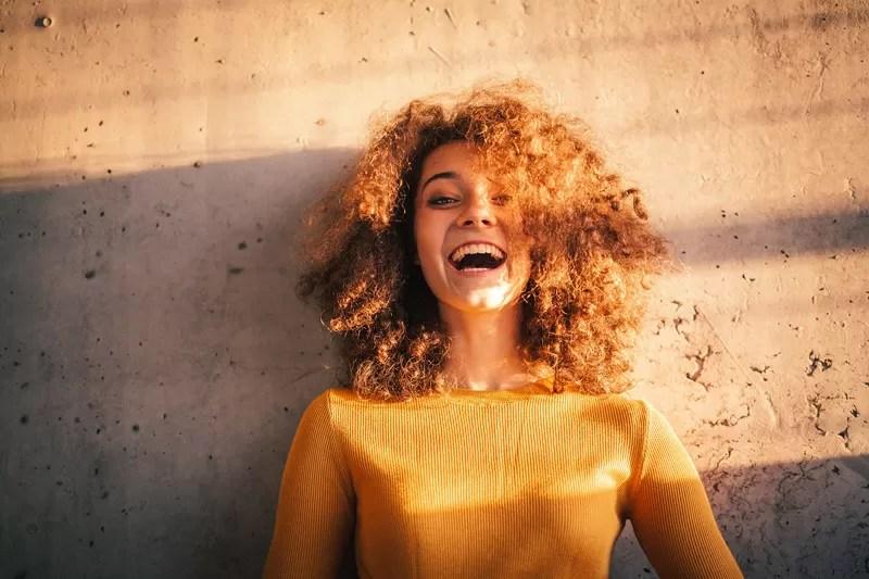 il sorriso di una giovane ragazza