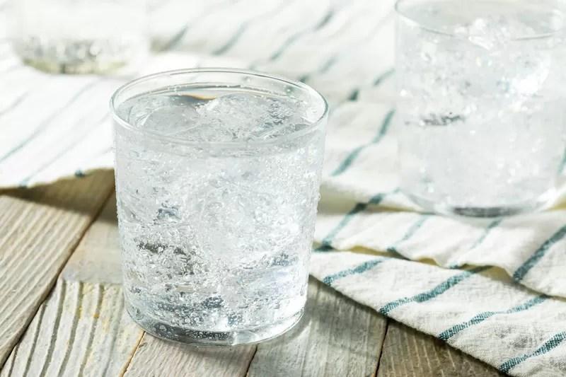acqua frizzante in bicchiere