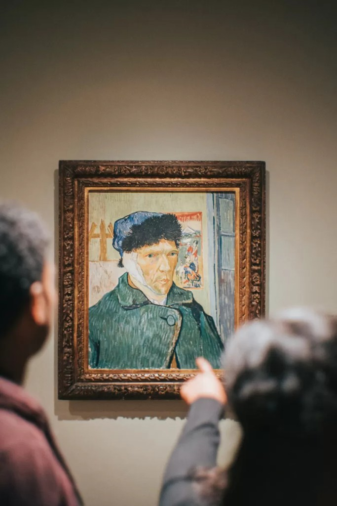 Le persone che ammirano i suoi quadri nei musei